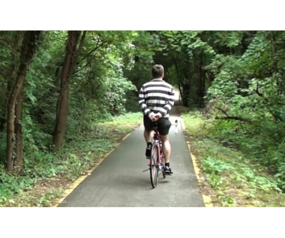 Cyklista jede podle pravidel silničního provozu