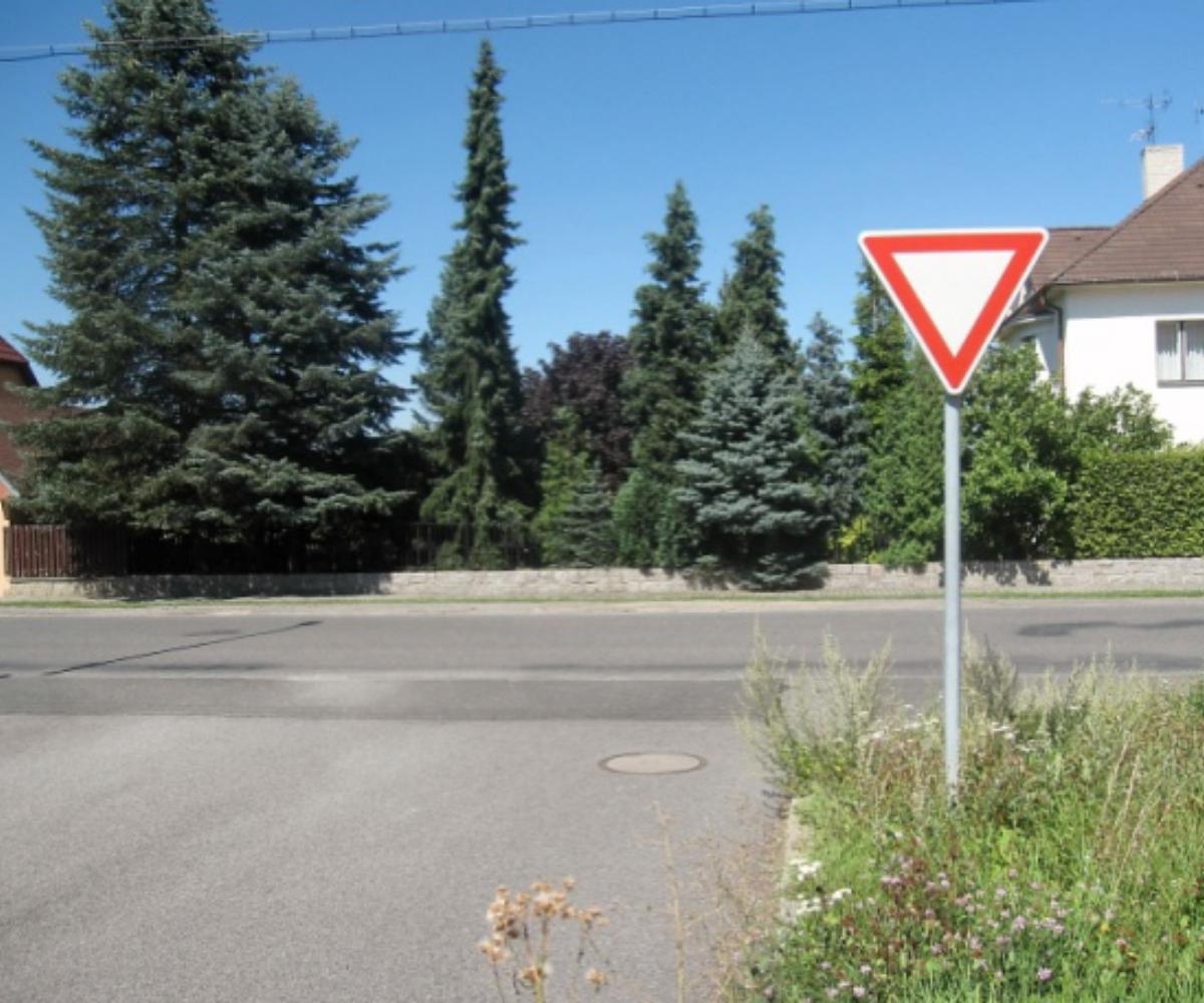 Před touto dopravní značkou musí řidič vždy zastavit vozidlo