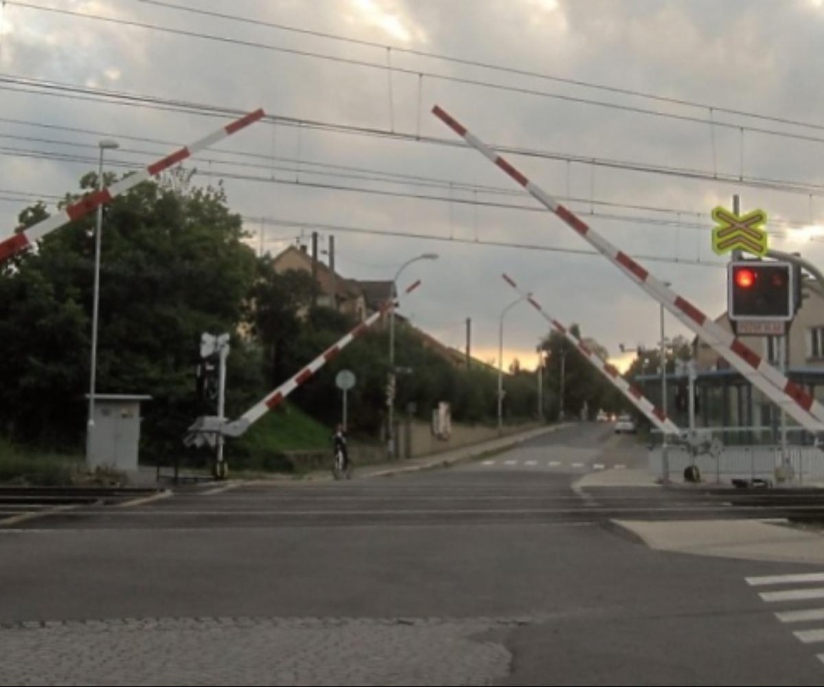 Na železniční přejezd je zakázáno vjíždět nebo vcházet