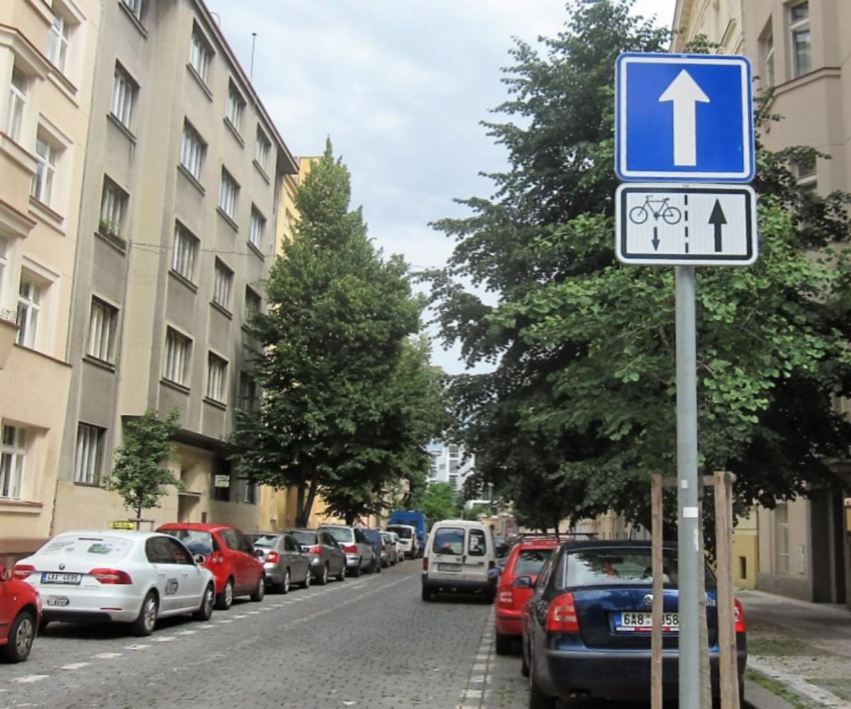Dodatková tabulka vyznačuje zákaz vjezdu cyklistů v protisměru
